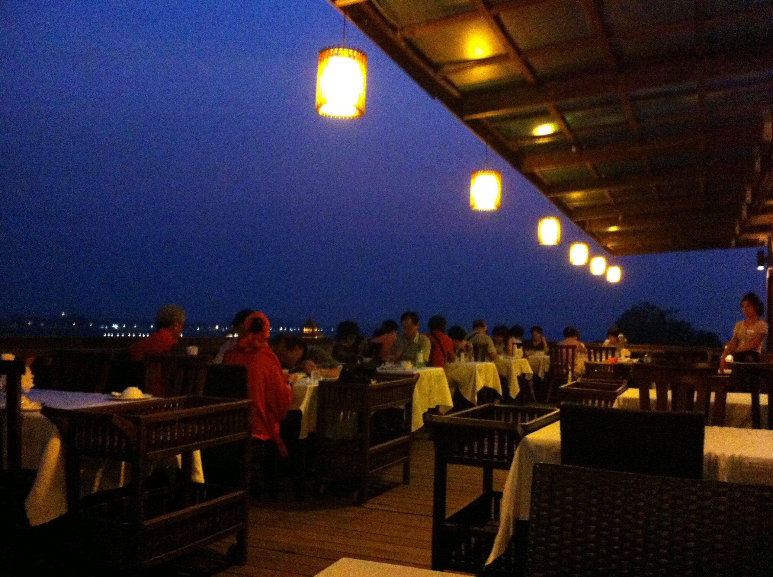 世界のTOP10ルーフトップバーに入ったラオス・ビエンチャンのMajestic View(Sengtawan Riverside Hotel)に行ってきました