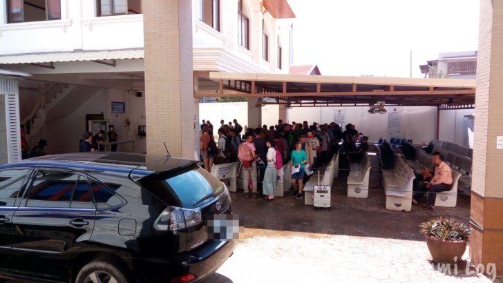 タイ大使館領事部、並んでいる列
