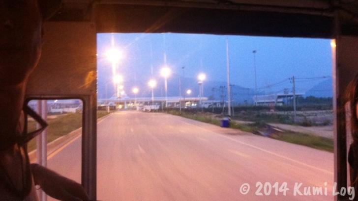 日暮れのタイ・チェンコーンの道路