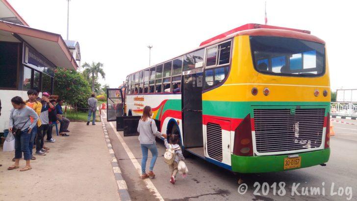ノーンカーイ・タイ国境の友好橋を越えるバス