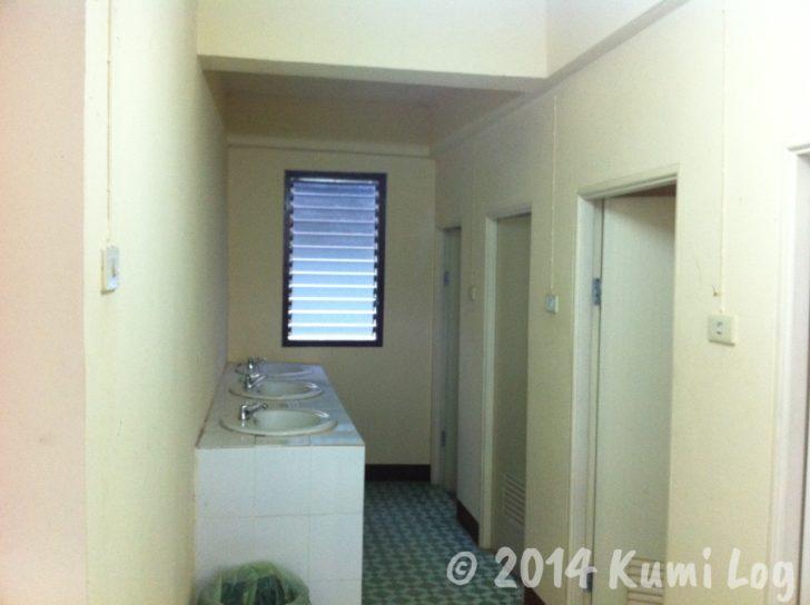 ワット・ドイステープ瞑想コースの寮の洗面所とシャワー