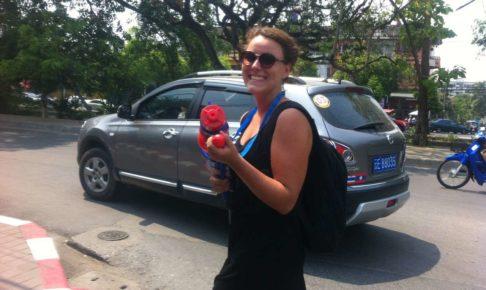 ソンクランで水鉄砲を構えていい笑顔の女性