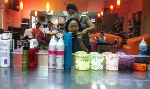 バンコクの美容室でヘアカットの様子