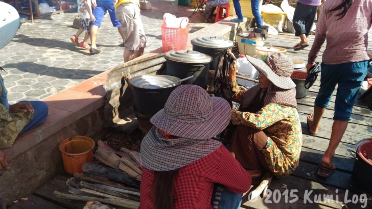ケップのカニ市場でカニを茹でる人たち