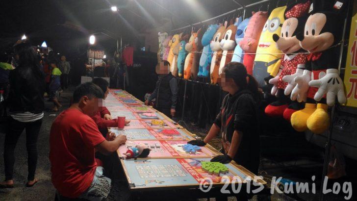 台湾・恆春夜市、人形が吊られている