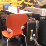 関西国際空港で寝る人々