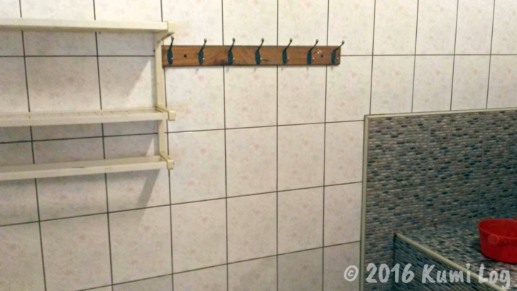 天山民宿の温泉個室の中のフック