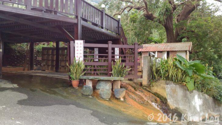 外を流れる、黄土色に道を染める瑞穂温泉の水