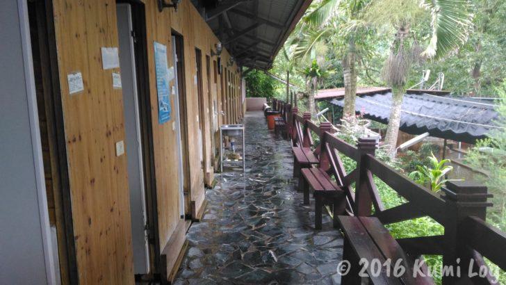 台湾 花蓮・瑞穂温泉 家庭風呂のドアが並ぶ