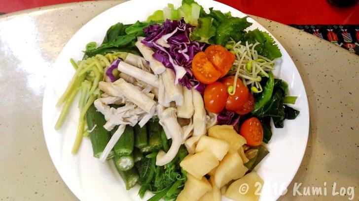 剣柔山荘・一品目の野菜がぴかぴか光るサラダ