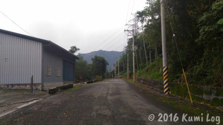 剣柔山荘への、真っ直ぐに続く道
