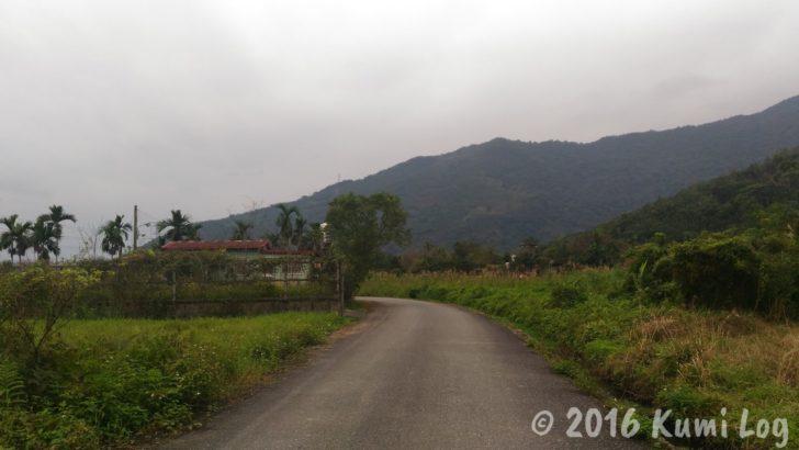 山が見えるのどかな道