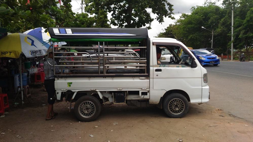 ヤンゴン・空港の乗り合いトラック