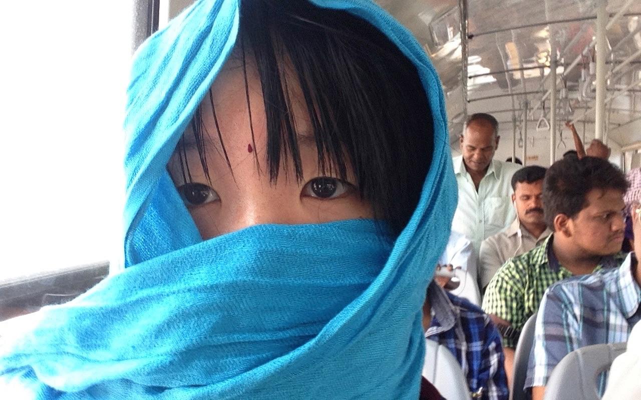 平和な南インドのバスに忽然と現れた謎の女