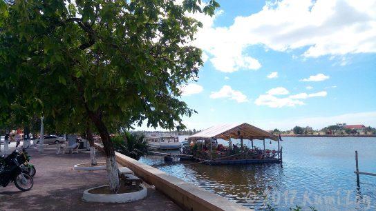 川の上に浮かぶフローティングレストラン