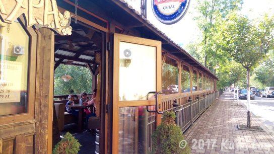 ウクライナの小さな街・ラホフ(Rakhiv)川沿いのカフェ