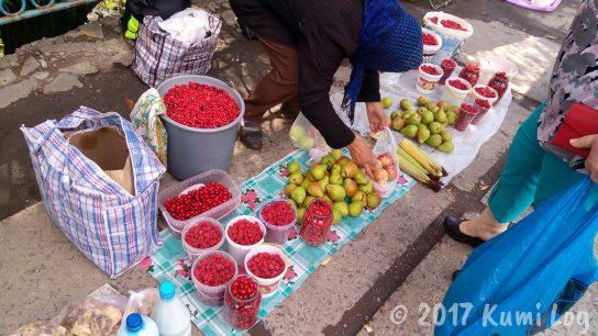ウクライナの小さな街・ラホフ(Rakhiv) 果物売り