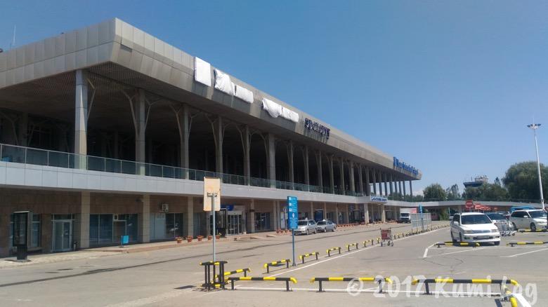 キルギス・ビシュケク マナス国際空港、現地通貨・SIM入手や市内への行き方