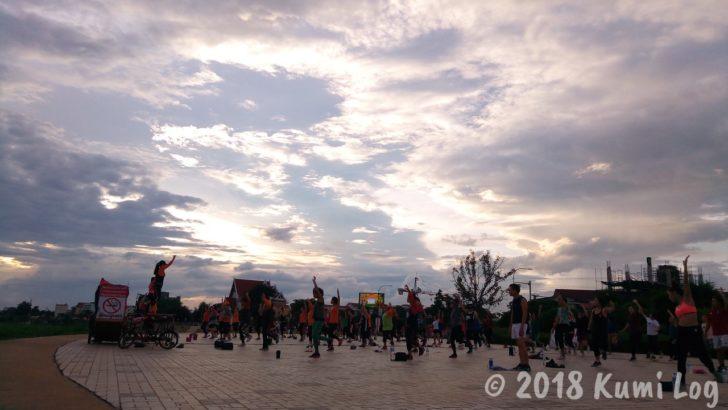 メコン川沿いでダンスを踊る人たち