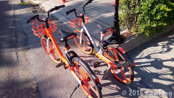 チェンマイの街なかにあるオレンジの自転車
