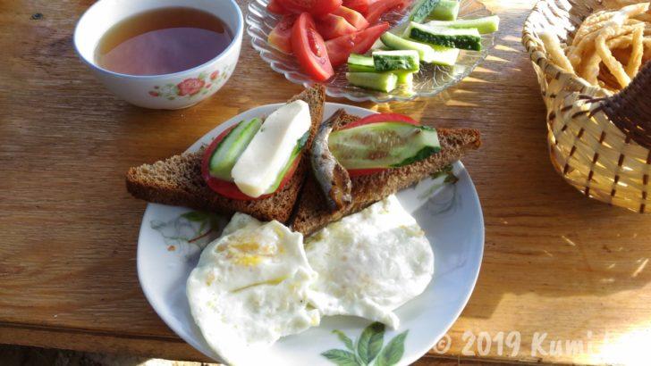 ベルタムユルタキャンプ1日めの朝ご飯、オープンサンドイッチと卵