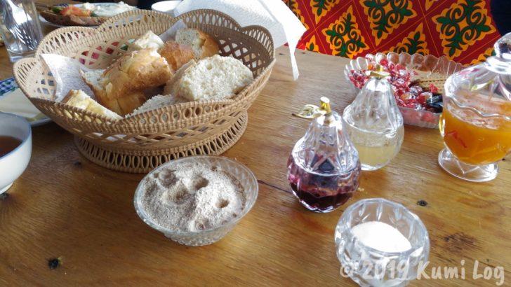 ベルタムユルタキャンプ1日めの朝ごはん、パンとはちみつ