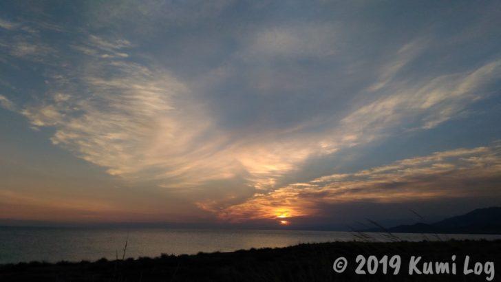 イシク・クル湖と夕日