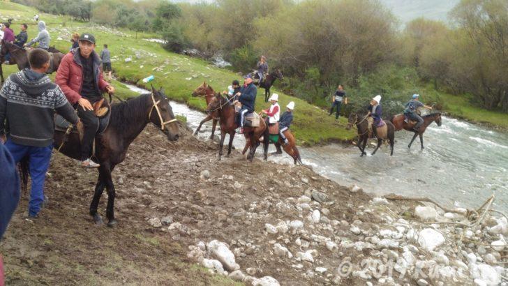 キルギス・馬で川を渡る人たち