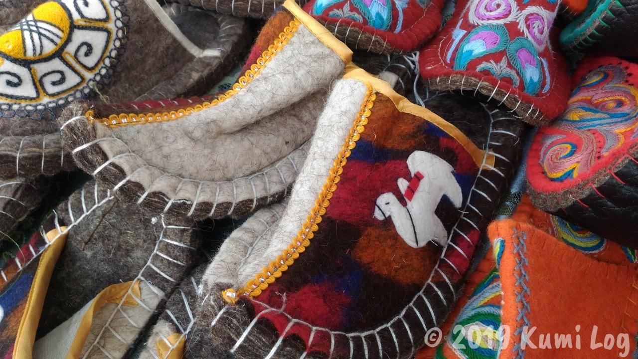 キルギス、ラクダのマークが付いたかわいいスリッパ