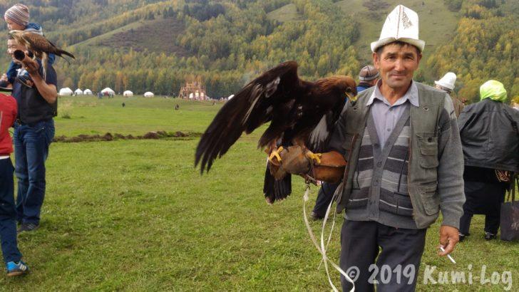 キルギス、おじさんと鷹