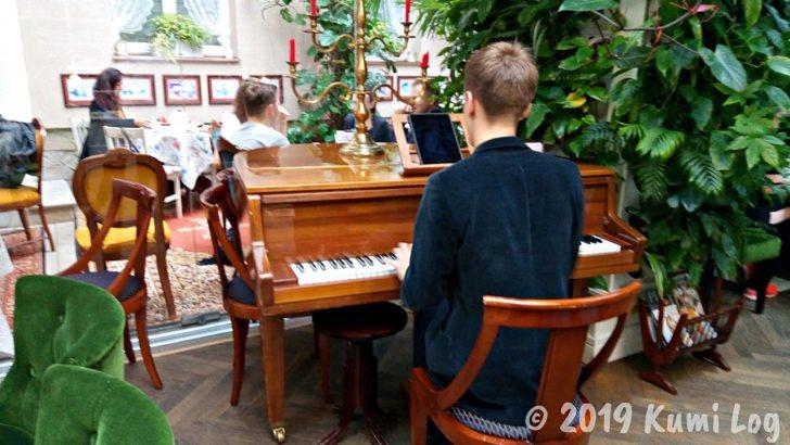 Baczewski Restaurant、ピアノを弾いている人