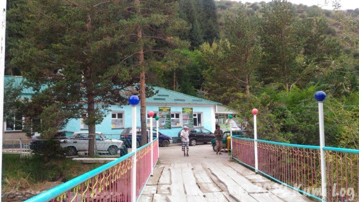 Omur-Daryya温泉へ続く橋を渡る