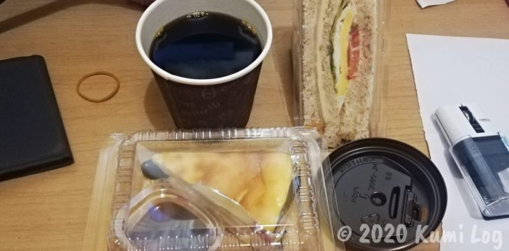 FoodPandaで頼んだコーヒーとサンドイッチとケーキ